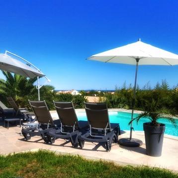 Un espace de déténte aérien, à la vue dégagée, la piscine.